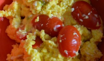 scrambled eggs with tomatoes in abowl