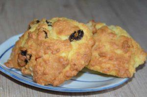 buns-with-raisins-on-a-plate